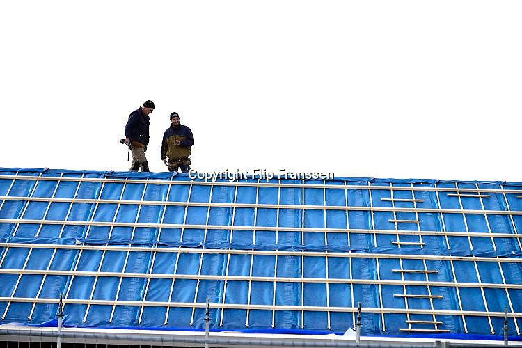 Nederland, Ubbergen, 24-2-2017Bouwvakkers, dakdekkers aan het werk op het dak van een nieuw pand. Foto: Flip Franssen