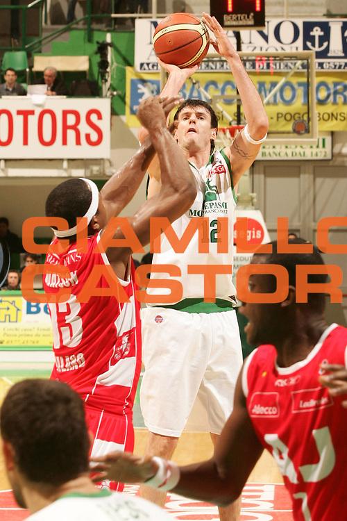 DESCRIZIONE : Siena Lega A1 2007-08 Montepaschi Siena Armani Jeans Milano <br /> GIOCATORE : Ksistof Lavrinovic <br /> SQUADRA : Montepaschi Siena <br /> EVENTO : Campionato Lega A1 2007-2008 <br /> GARA : Montepaschi Siena Armani Jeans Milano <br /> DATA : 21/10/2007 <br /> CATEGORIA : Tiro <br /> SPORT : Pallacanestro <br /> AUTORE : Agenzia Ciamillo-Castoria/P.Lazzeroni <br /> Galleria : Lega Basket A1 2007-2008 <br /> Fotonotizia : Siena Campionato Italiano Lega A1 2007-2008 Montepaschi Siena Armani Jeans Milano <br /> Predefinita :