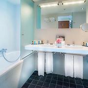 Badkamer hotel Van der Valk Blijdorp Rotterdam. Luxe badkamer in ruime kamers. Onderdeel interieurfotografie