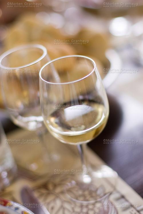 Guided tour including winetasting at Izbata Winecellar. The winetasting is led by the owner..Pomorie is a town and seaside resort in southeastern Bulgaria, located on a narrow rocky peninsula in Burgas Bay on the southern Bulgarian Black Sea Coast. It is located in Burgas Province 20 km from Burgas and 18 km from Sunny Beach. The ultrasaline lagoon Lake Pomorie, the northernmost of the Burgas Lakes, lies in the immediate proximity..It is the center of Pomorie Municipality..Pomorie is an ancient city and today an increasingly popular tourist destination. As of September 2005 it had a population of 14,600...Guidet tur som inkluderer vinsmaking på Izbata vinkjeller. Vinsmakingen ledes av eieren av vinkjelleren..Pomorie ligger sør på Svartehavskysten, 20 km nord for Burgas og 18 km sør for Sunny Beach. Pomorie er en gammel by, med tiltakende turisme, og hadde pr september 2005 14 600 innbyggere.