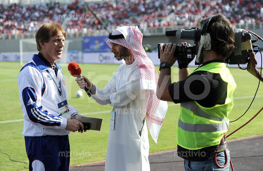Fussball International    WM Qualifikation 2014   29.02.2012 Vereinigte Arabische Emirate - Libanon     Trainer Theo Buecker (li, Libanon) beim Fernsehinterview