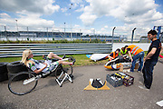 Christien Veelenturf warmt zich op, terwijl de technici aan de VeloX4 sleutelen. In Ysselsteyn test het HPT de nieuwe fiets op de Raceway baan met hun vrouwelijke rijder Christien Veelenturf. In september wil het Human Power Team Delft en Amsterdam, dat bestaat uit studenten van de TU Delft en de VU Amsterdam, een poging doen het wereldrecord snelfietsen te verbreken, dat nu op 133 km/h staat tijdens de World Human Powered Speed Challenge.<br /> <br /> In Ysselsetyn the HPT is testing their new bike. With the special recumbent bike the Human Power Team Delft and Amsterdam, consisting of students of the TU Delft and the VU Amsterdam, also wants to set a new world record cycling in September at the World Human Powered Speed Challenge. The current speed record is 133 km/h.