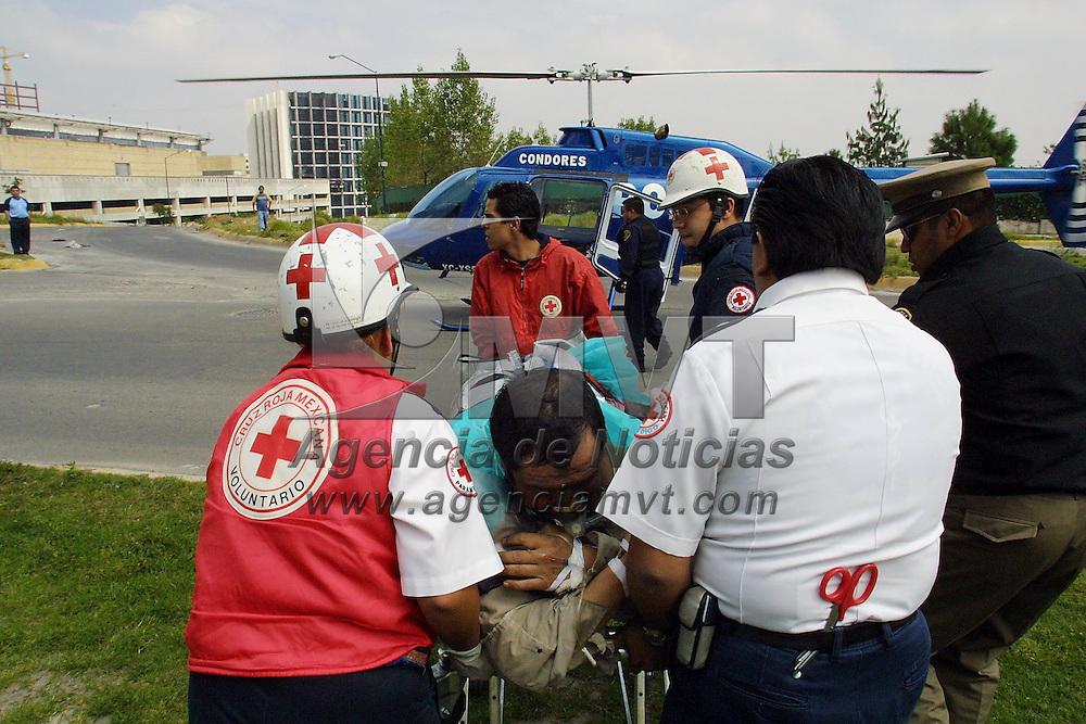 """Mexico, D.F..- Paramedicos de la Cruz Roja abordan en un helicoptero de la policia a uno de los cuatro trabajadores que resultaron lesionados con quemaduras graves al incendiarse el edificio  """"Acuario""""de oficinas corporativas en el centro empresarial y negocios de Santa Fe en la ciudad de Mexico, en el lugar murieron tres personas al incendiarse la planta baja y el cuarto piso de edificio en remodelacion, estos eran trabajadores de servicios que laboraban en andamios soldando una seccion de la estructura. Agencia MVT/Mario Vazquez de la Torre."""
