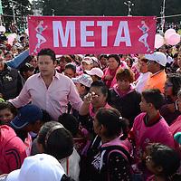 Metepec, México.- Isis Ávila Muñoz, presidenta del DIFEM y Cesar Nomar Gómez Monge, Secretario de Salud del Estado de México, encabezaron la Sexta Caminata Estatal de Prevención de Cáncer de Mama, donde participaron más de 6 mil mujeres de toda la entidad en las instalaciones del parque ambiental bicentenario. Agencia MVT / Arturo Hernández.