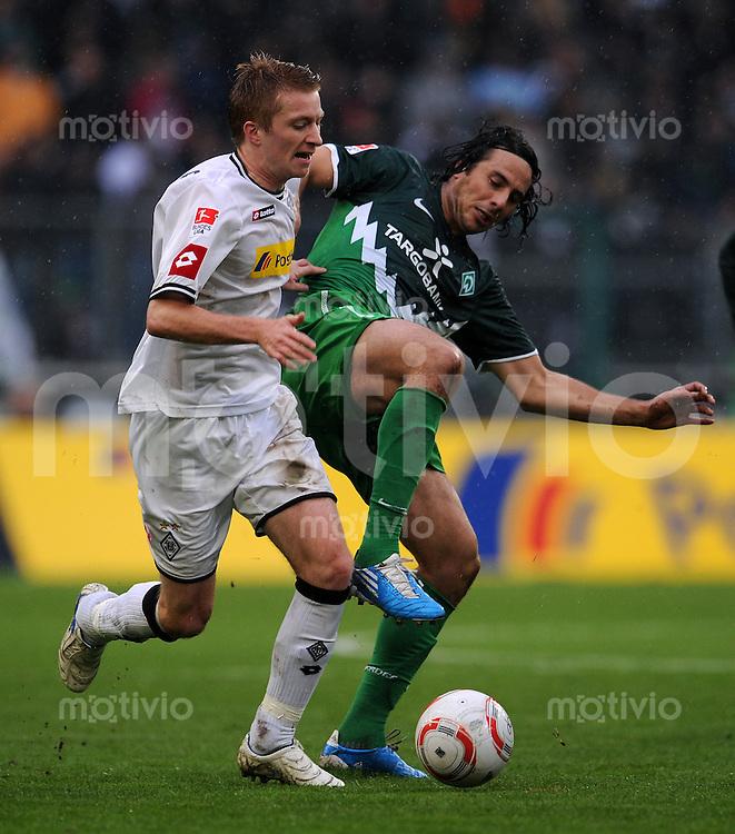 FUSSBALL   1. BUNDESLIGA   SAISON 2010/2011   9. SPIELTAG Borussia Moenchengladbach - SV Werder Bremen     23.10.2010 Claudio PIZARRO (re, Bremen) gegen Marco REUS (li, Moenchengladbach)