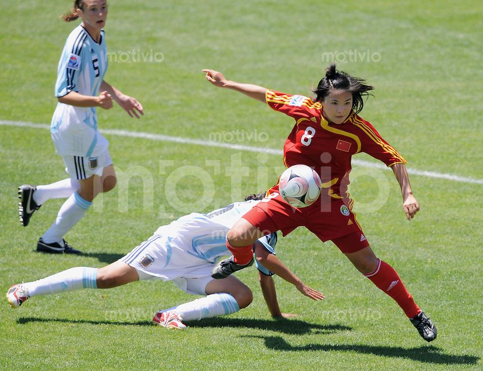 Fussball Frauen FIFA U 20  Weltmeisterschaft 2008     18.11.2008 China - Argentinien Wei Zhu (CHN,re) gegen Virginia Gomez (ARG)