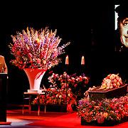 NLD/Amsterdam/20110722 - Afscheidsdienst voor John Kraaijkamp, kist met beeltenis en toespraak van Joop van de Ende