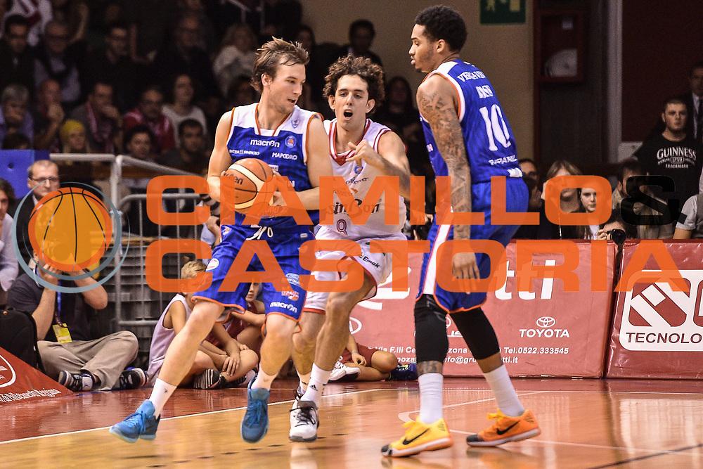 DESCRIZIONE : Reggio Emilia LegaBasket Serie A 2015-2016 Grissin Bon Reggio Emilia - Acqua Vitasnella Cantu'<br /> GIOCATORE : Brad Heslip<br /> CATEGORIA : Palleggio Controcampo<br /> SQUADRA : Acqua Vitasnella Cantu'<br /> EVENTO : LegaBasket Serie A 2015-2016<br /> GARA : Grissin Bon Reggio Emilia - Acqua Vitasnella Cantu'<br /> DATA : 17/10/2015<br /> SPORT : Pallacanestro<br /> AUTORE : Agenzia Ciamillo-Castoria/GiulioCiamillo