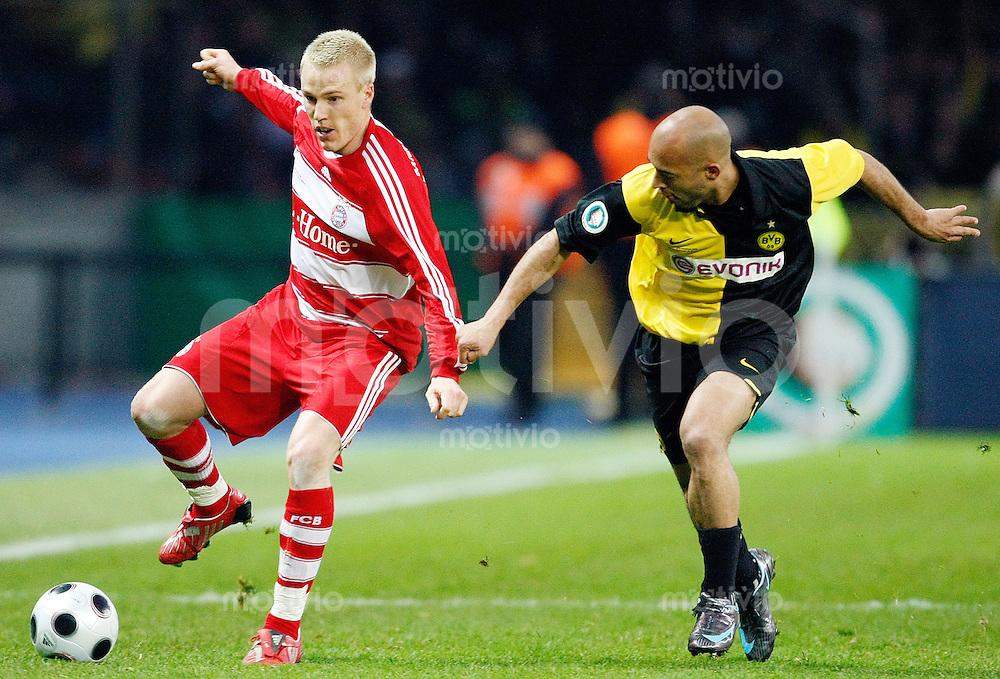 FUSSBALL   DFB POKAL   FINALE   19.04.08 Borussia Dortmund - FC Bayern Muenchen Christian LELL(li, Bayern Muenchen) im Zweikampf mit DEDE (re, Borussia Dortmund).