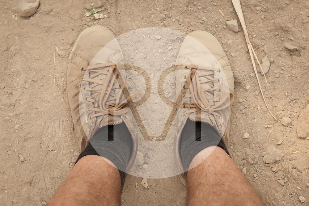 KOLUMBIEN - TAGANGA - Zwei Schuhe auf staubigen Boden - 20. März 2014 © Raphael Hünerfauth - http://huenerfauth.ch
