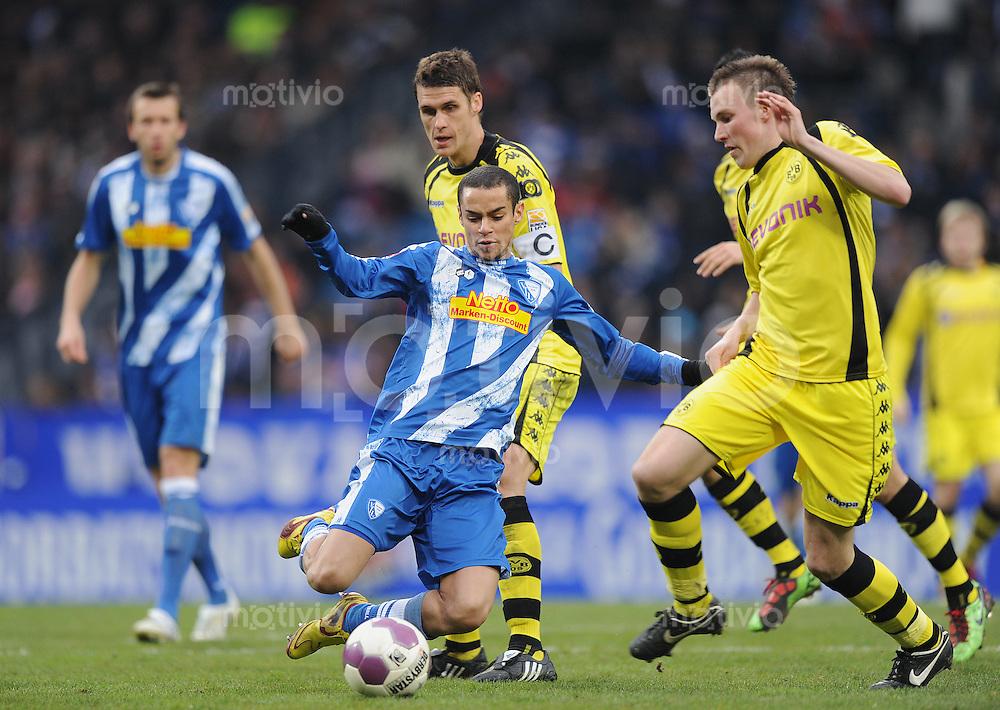 Fussball Bundesliga Saison 2009/2010 VFL Bochum - Borussia Dortmund Mimoun AZAOUAGH (Bochum, M) gegen Kevin GROSSKREUTZ (r) und Sebastian KEHL (BVB).