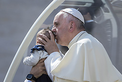 September 21, 2016 - Vatican City, Vatican - Pope Francis kisses a baby as he leaves at the end of his Weekly General Audience in St. Peter's Square in Vatican City, Vatican on September 21, 2016. (Credit Image: © Giuseppe Ciccia/Pacific Press via ZUMA Wire)