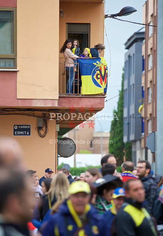 VILLRREAL, SPAIN - Thursday, April 28, 2016: Villarreal CF supporters wait for the team coach to arrive before the UEFA Europa League Semi-Final 1st Leg match against Liverpool at Estadio El Madrigal. (Pic by David Rawcliffe/Propaganda)
