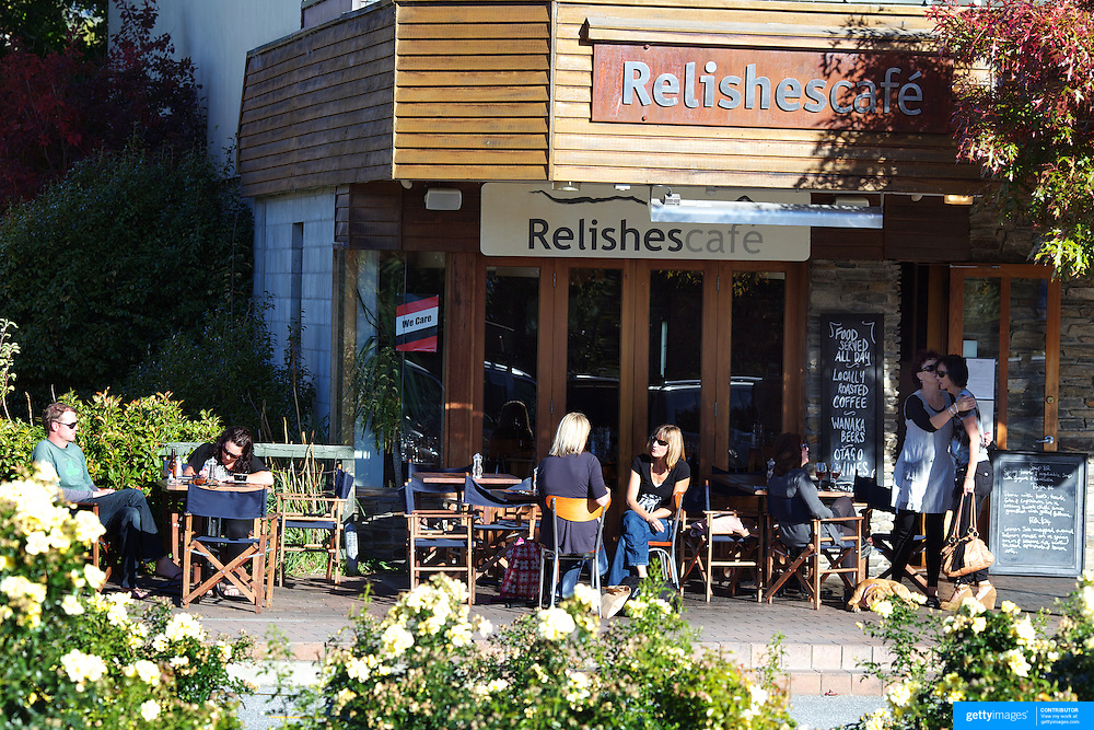 Diners enjoy the late evening sun outside Relishes Cafe, Ardmore Street, Wanaka. New Zealand. 1st April 2011.  Photo Tim Clayton.