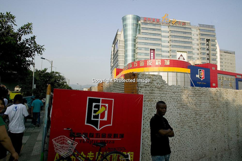GUANGZHOU, 3. Mai , 2010:.ein Afrikaner vor dem Tangqi Handelszentrum in Guangzhou...