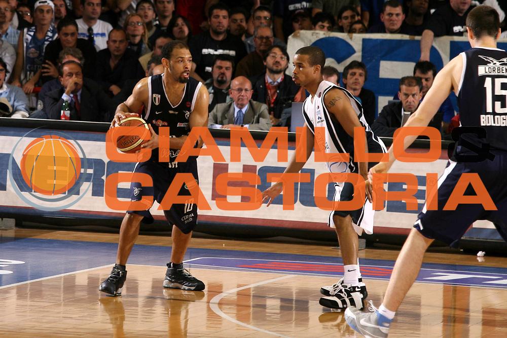 DESCRIZIONE : Napoli Lega A1 2005-06 Play Off Semifinale Gara 2 Carpisa Napoli Climamio Fortitudo Bologna <br /> GIOCATORE : Garris <br /> SQUADRA : Climamio Fortitudo Bologna <br /> EVENTO : Campionato Lega A1 2005-2006 Play Off Semifinale Gara 2 <br /> GARA : Carpisa Napoli Climamio Fortitudo Bologna <br /> DATA : 04/06/2006 <br /> CATEGORIA : Palleggio <br /> SPORT : Pallacanestro <br /> AUTORE : Agenzia Ciamillo-Castoria/G.Ciamillo