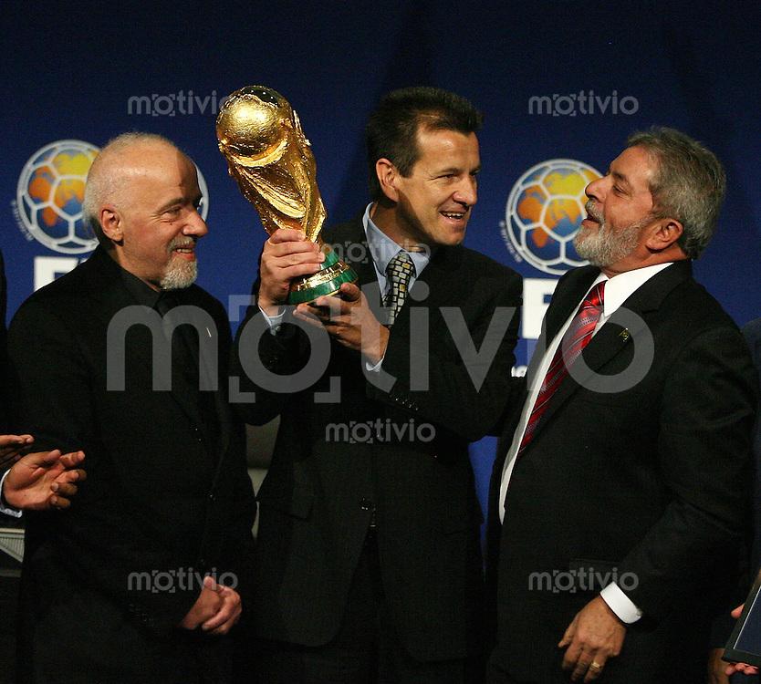 Fussball International FIFA WM 2014 richtet Brasilien aus; Schriftsteller Paulo Coelho , BRA Nationaltrainer Dunga mit Weltpokal und BRA President Luiz Inacio Lula da Silva