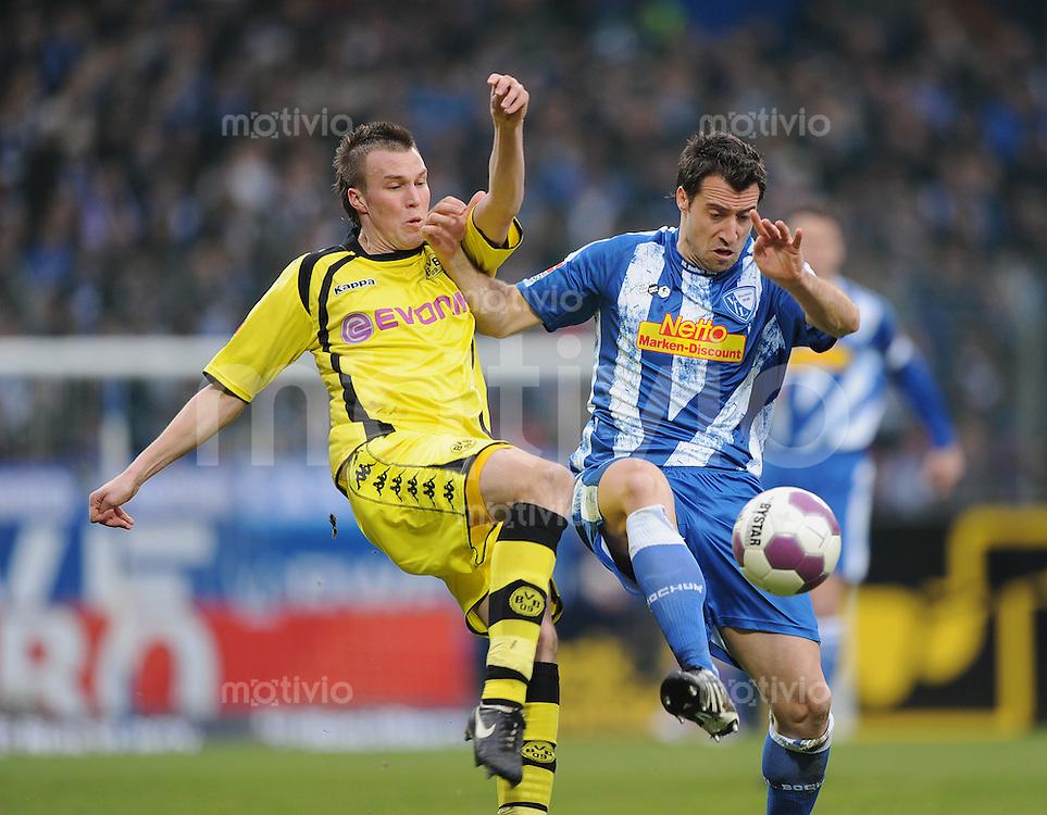 Fussball Bundesliga Saison 2009/2010 VFL Bochum - Borussia Dortmund Matias CONCHA (Bochum, r) Kevin GROSSKREUTZ (BVB).