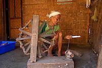 Indonesie. Lombok. Village sasak de Sade. region de Kuta. Tissage des Ikats. // Indonesia. Lombok. Sasak village of Sade, near Kuta. weaving of Ikat.