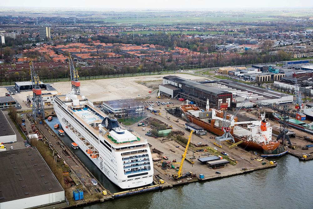 Nederland, Noord-Holland, Amsterdam-Noord, 16-04-2008; scheepswerf aan de t.t. Vasumweg, met in de achtergrond Tuindorp Oostzaan; de werf is Shipdock Amsterdam (Amsterdam Ship Repair) een reparatie- en onderhouds-werf; scheepsreparatie, werf,dok,scheepsonderhoud; voorheen ADM (Amsterdamse Droogdok Maatschappij) of NDM (Nederlandse Dok Maatschappij)..luchtfoto (toeslag); aerial photo (additional fee required); .foto Siebe Swart / photo Siebe Swart