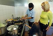 Nederland, Nijmegen, 22-9-2005..Leerlingen van VMBO het Kandinsky college verzorgen de lunch bij een wooncomplex voor ouderen als onderdeel van hun opleiding. Stage, stageplaatsen, verzorging, onderwijs, zorg, stageplek, vrouwlijke docent...Foto: Flip Franssen/Hollandse Hoogte