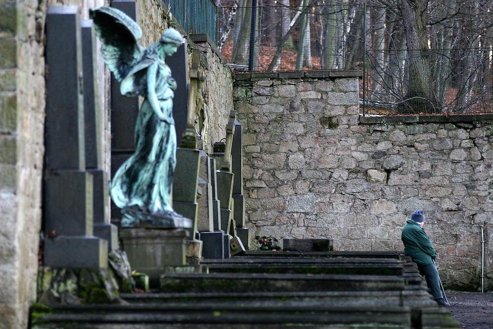 Karlovy Vary (Karlsbad)/Tschechische Republik, CZE, 14.12.06: Grabst&auml;tte mit einer Engelskulptur und Deutscher Inschrift auf dem Hauptfriedhof in Drahovice, Karlovy Vary (Karlsbad).<br /> <br />  Karlovy Vary (Karlsbad)/Czech Republic, CZE, 14.12.06: Statue of an angel and German language inscription decorating one of the family graves on the Central Cemetery in Drahovice, Karlovy Vary (Karlsbad).