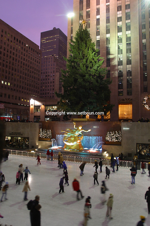 New York. Rockfeller plaza ice skating rink in winter  New York - United States  Manhattan /   la patinoire de Rockfeller plaza en hiver  New York - Etats Unis