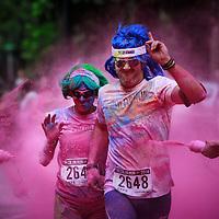 Color Run 2014 nel parco del Valentino a Torino. I partecipanti ad ogni chilometro venivano spruzzati con polvere colorata, naturale e innocua.