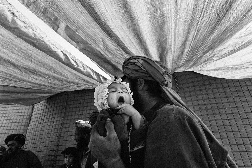 I civili dei villaggi vicini alla base vanno a farsi medicare dal personale medico