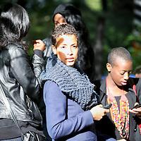"""Nederland, Amsterdam , 28 augustus 2011..Het laatste weekend van Zomer in de Tolhuistuin staat in het teken van Afrika. We laten een beeld zien van het Afrika van nu, zonder te vervallen in clichés. De focus ligt op 'Afropolitans': een nieuwe generatie wereldburgers, opgegroeid in Europa maar artistiek geworteld in Afrika. Hun muziek enlifestyleis een versmelting van de westerse wereld met invloeden uit Afrika en de Afrikaanse diaspora. Rechtstreeks uit de sixties platenbak van pa en ma of opgedolven van internet uit het Afrika van nu. De mix zit 'm in gemengde genen maar vooral in de rijkdom aan invloeden van die werelden: Amsterdams accent, Afrikaans ethos, academisch succes, vintage London fashion stijl en galgenhumor van Oma. Afropolitans vermijden categorieën als zwart, wit of gemixt. Ze definiëren zichzelf liever met wat ze doen, behoren tot verschillende werelden, hebben niet een maar verschillende identiteiten. Ze vinden zichzelf steeds opnieuw uit door middel van muziek, multidisciplinaire kunst, literatuur en eigen netwerken wereldwijd..De line-up van Doin' it in the park is een afspiegeling van de variatie aan Afropolitans. Hoofdact isCongolees/Belgische rapper en Afripolitan pur sangBaloji met zijn Orchestre de la Katuba. Geboren in Congo en opgegroeid in België omschrijft hij zichzelf als een 'Afropean'.""""Over there, I don't feel totally Congolese and here, I don't feel particularly Belgian..A musical festival weekend in Amsterdam: """"AfroPolitans, a new generation of global citizens, educated in Europe but artistically rooted in Africa. Their music and lifestyle is a fusion of the western world with influences from Africa and the African Diaspora."""