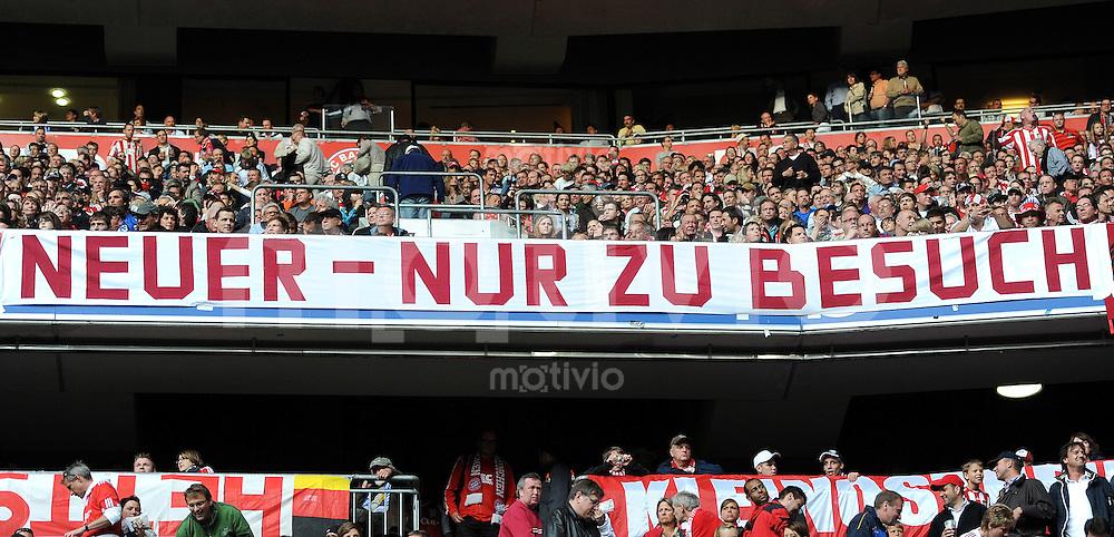 Fussball 1. Bundesliga :  Saison   2010/2011   32. Spieltag  30.04.2011 FC Bayern Muenchen - FC Schalke 04 BAYERN FANS MIT einem Banner, NEUER  NUR ZU BESUCH , Torwart Manuel Neuer (FC Schalke 04)