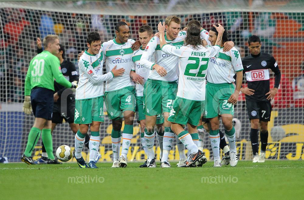 FUSSBALL   1. BUNDESLIGA   SAISON 2008/2009   11. SPIELTAG SV Werder Bremen - Hertha BSC Berlin         01.11.2008 Jubel nach dem 1:0: Mesut OEZIL, NALDO, Markus ROSENBERG, Per MERTESACKER, Torsten FRINGS und Claudio PIZARRO (v.l, alle Bremen)