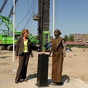 NLD/Huizen/20060703 - 1e paal geslagen door wethouder Petra Hartskamp voor de Regentesse Huizen