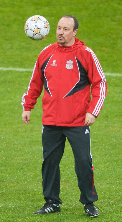 MILAN, ITALY - Monday, March 10, 2008: Liverpool's manager Rafael Benitez training at the San Siro Stadium ahead of the UEFA Champions League First knockout round 2nd Leg match against FC Internazionale Milano. (Pic by David Rawcliffe/Propaganda)