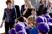 Koningin Maxima luidt op basisschool De Twaalfruiter de schoolbel voor de start van de zesde editie van de Week van het geld<br /> <br /> Queen Maxima at the primary school De Twaalfruite The Queen rings the school bell for the start of the sixth edition of Money Week<br /> <br /> Op de foto / On the photo:  Aankomst / arrival