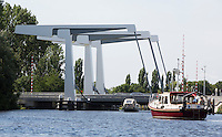 AMSTERDAM -Schiphol . Boten wachten voor de brug over de Ringvaart bij Schiphol. ANP COPYRIGHT KOEN SUYK