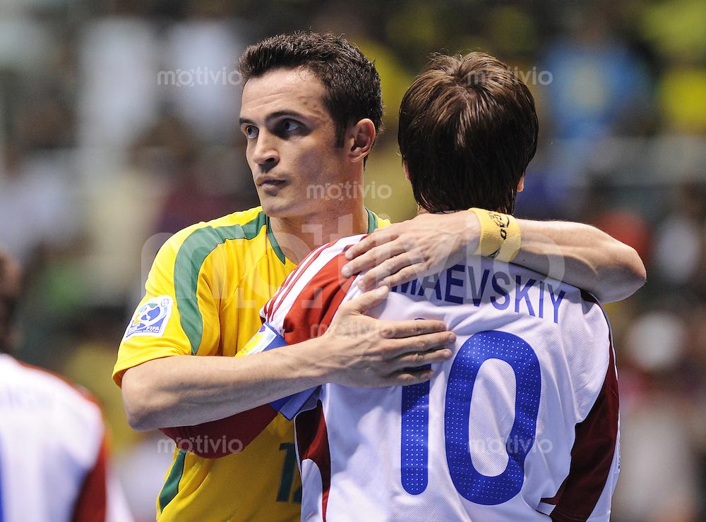 Fussball  International  FIFA  FUTSAL WM 2008   16.10.2008 Halbfinale Russland - Brasilien Russia - Brazil Falcao (li, BRA) troestet Konstantin Maevskiy nach dem Spiel (RUS)