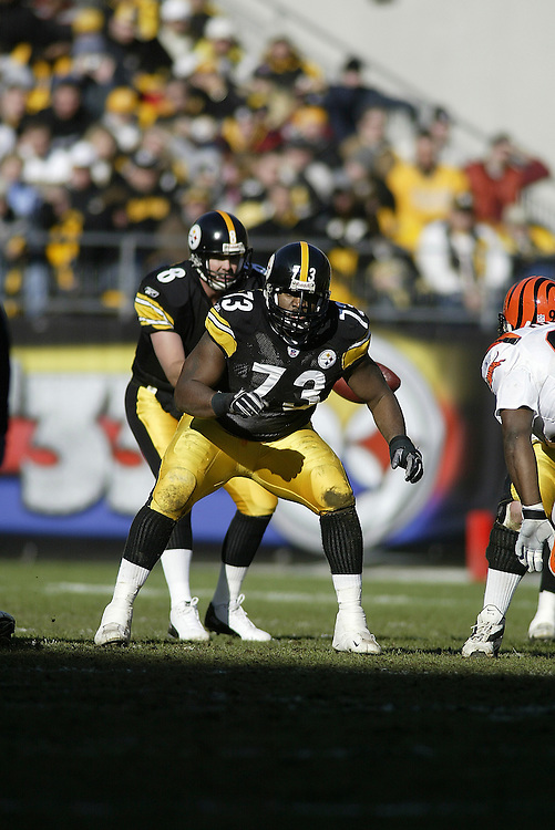 Offensive guard Kendall Simmons of the Pittsburgh Steelers guards the line during their 24-20 defeat to the Cincinnati Bengals on 11/30/2003. ©JC Ridley/NFL Photos.