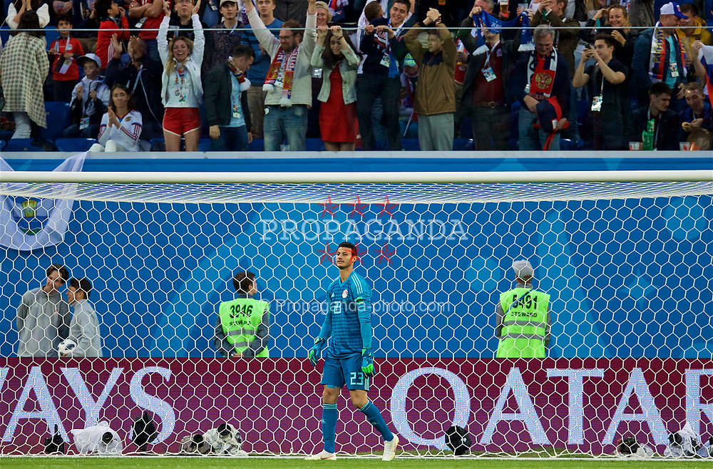 SAINT PETERSBURG, RUSSIA - Tuesday, June 19, 2018: Egypt's goalkeeper Mohamed Elshenawy looks dejected as Russia score the opening goal, with an own-goal, during the FIFA World Cup Russia 2018 Group A match between Russia and Egypt at the Saint Petersburg Stadium. (Pic by David Rawcliffe/Propaganda)