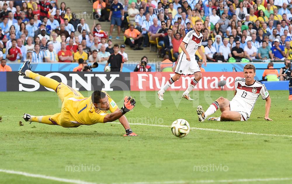 FUSSBALL WM 2014                FINALE Deutschland - Argentinien     13.07.2014 Thomas Mueller (re, Deutschland) gegen Torwart Sergio Romero (li, Argentinien)