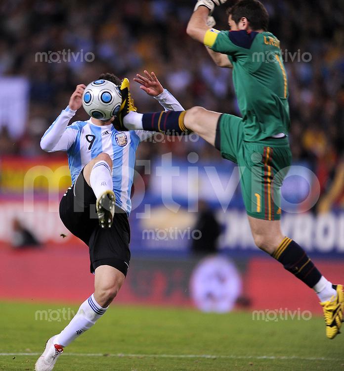 Fussball Nationalmannschaft :  Saison   2009/2010   14.11.2009 Freundschaftsspiel , Spanien - Argentinien , ESP - ARG ,  Torwart Iker Casillas (re, ESP) gegen Gonzalo Higuain (ARG)