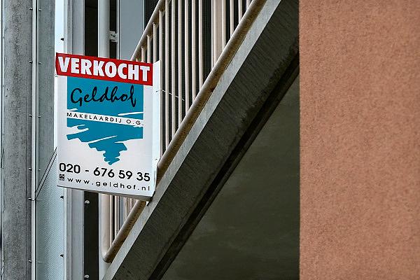 Nederland, Amsterdam, 9-10-2014 Dit appartement, flat, flatwoning,  is ondanks de malaise op de woningmarkt verkocht.Foto: Flip Franssen/Hollandse Hoogte