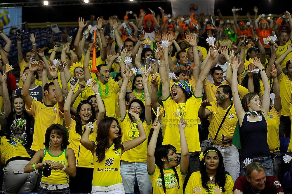 27-06-2010 VOLLEYBAL: WLV NEDERLAND - BRAZILIE: ROTTERDAM<br /> Nederland verliest met 3-2 van Brazilie / Braziliaans support publiek<br /> &copy;2010-WWW.FOTOHOOGENDOORN.NL