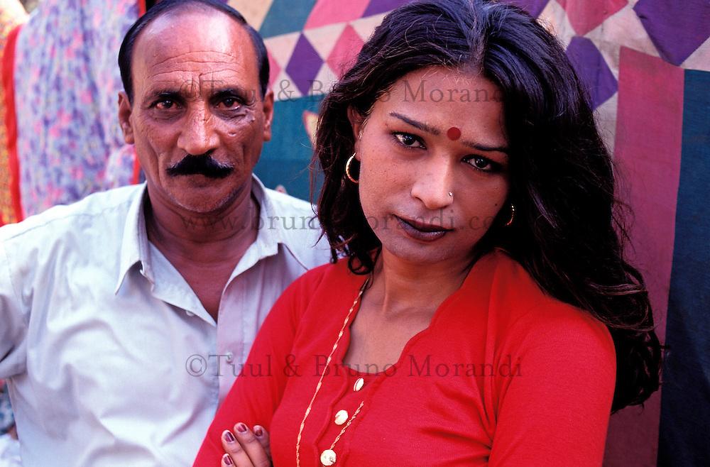 """Pakistan - Hijra, les demi-femmes du Pakistan - Gulama et son """"fiancé"""" // Pakistan. Punjab province. Hijra, the half woman of Pakistan"""