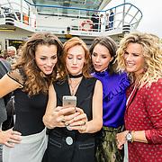 NLD/Amsterdam/20170928 - Perspresentatie De Spa, Eva Marie de Waal, Eva Bartels, Nzinga Sordam en Annette Barlo nemen een selfie