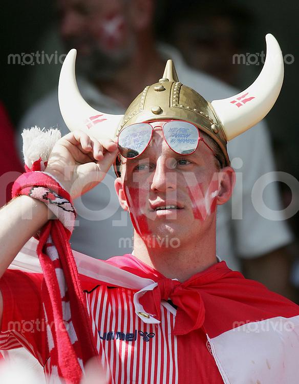 Fussball INTERNATIONAL EURO 2004 Daememark - Italien Daenischer Fan mit Bemalten Gesicht und Wickinger Helm