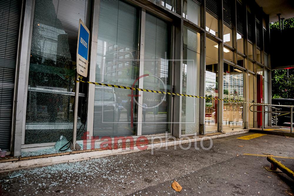Uma tentativa de roubo à caixa eletrônico frustrada, acabou com a troca de tiros entre policiais militares e bandidos armados de fuzil na região da Rua Barão de Tefé, atrás do Shopping West Plaza, na zona oeste de S.Paulo(SP) no final da madrugada e início da manhã desta terça-feira(25). Nenhum bandido foi preso e pelo menos um policial ficou ferido por estilhaços. FOTO: CHELLO/FRAMEPHOTO