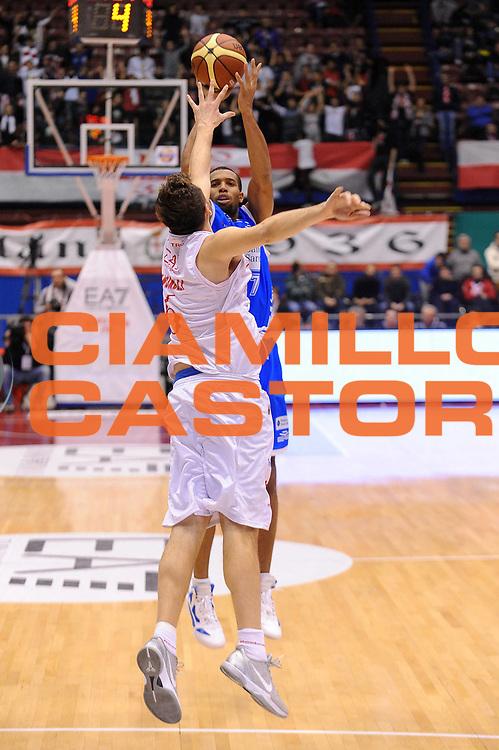 DESCRIZIONE : Milano Lega A 2011-12 EA7 Emporio Armani Milano Banco di Sardegna Sassari<br /> GIOCATORE : Quinton Hosley<br /> CATEGORIA : Tiro<br /> SQUADRA : Banco di Sardegna Sassari<br /> EVENTO : Campionato Lega A 2011-2012<br /> GARA : EA7 Emporio Armani Milano Banco di Sardegna Sassari<br /> DATA : 12/02/2012<br /> SPORT : Pallacanestro<br /> AUTORE : Agenzia Ciamillo-Castoria/A.Dealberto<br /> Galleria : Lega Basket A 2011-2012<br /> Fotonotizia : Milano Lega A 2011-12 EA7 Emporio Armani Milano Banco di Sardegna Sassari<br /> Predefinita :