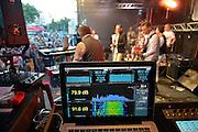 Nederland, The Netherlands, 21-7-2015Recreatie, ontspanning, cultuur, dans, theater en muziek in de binnenstad. Elk podium moet zijn geluisniveau binnen de door de gemeente gestelde grenzen houden vanwege eventuele geluidsoverlast.. Op deze laptop is te zien dat de twee waarden op groen staaan..Een van de tientallen feestlocaties in de stad. Onlosmakelijk met de vierdaagse, 4daagse, zijn in Nijmegen de vierdaagse feesten, de zomerfeesten. Talrijke podia staat een keur aan artiesten, voor elk wat wils. Een week lang elke avond komen ruim honderdduizend bezoekers naar de stad. De politie heeft inmiddels grote ervaring met het spreiden van de mensen, het zgn. crowd control. De vierdaagsefeesten zijn het grootste evenement van Nederland en verbonden met de wandelvierdaagse. Foto: Flip Franssen/Hollandse Hoogte
