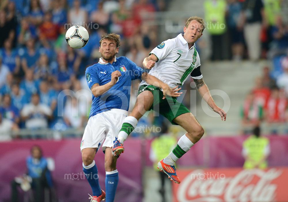 FUSSBALL  EUROPAMEISTERSCHAFT 2012   VORRUNDE Italien - Irland                       18.06.2012 Claudio Marchisio (li, Italien) gegen Aiden McGeady (Mc Geady, reIrland)